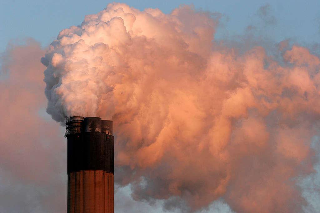 Usina de carvão com alta emissão de gases poluentes.