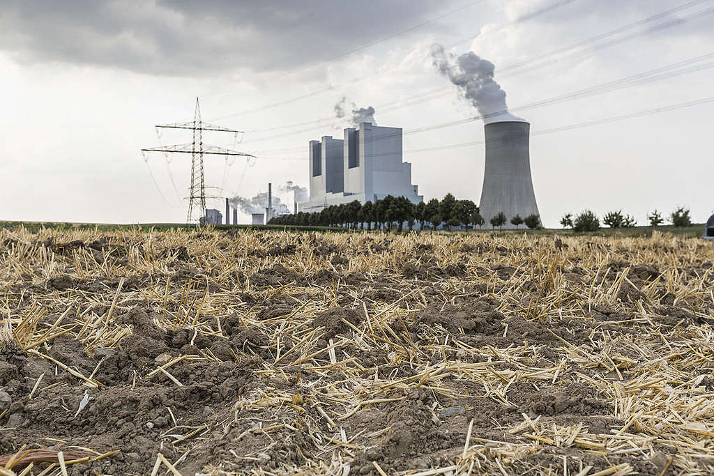 Usina termelétrica na Alemanha em tereeno seco.