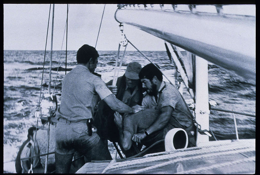Polícia francesa agride ativista do Greenpeace dentro do navio, em 1973.