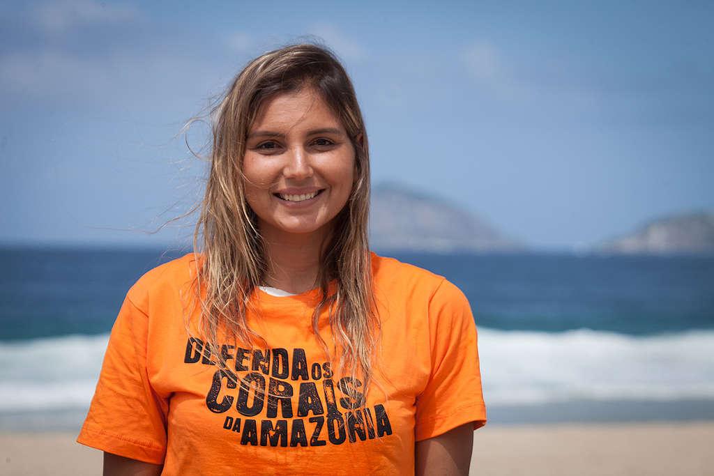 A surfista Maya Gabeira com camiseta em defesa dos Corais da Amazônia.