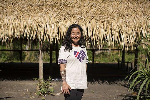 A doadora do Greenpeace Patrícia Asari, na aldeia do povo Munduruku, no coração da Amazônia
