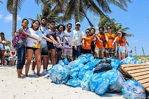 Voluntários em São Luís (MA) mostram a quantidade de lixo recolhida em um único dia de limpeza.