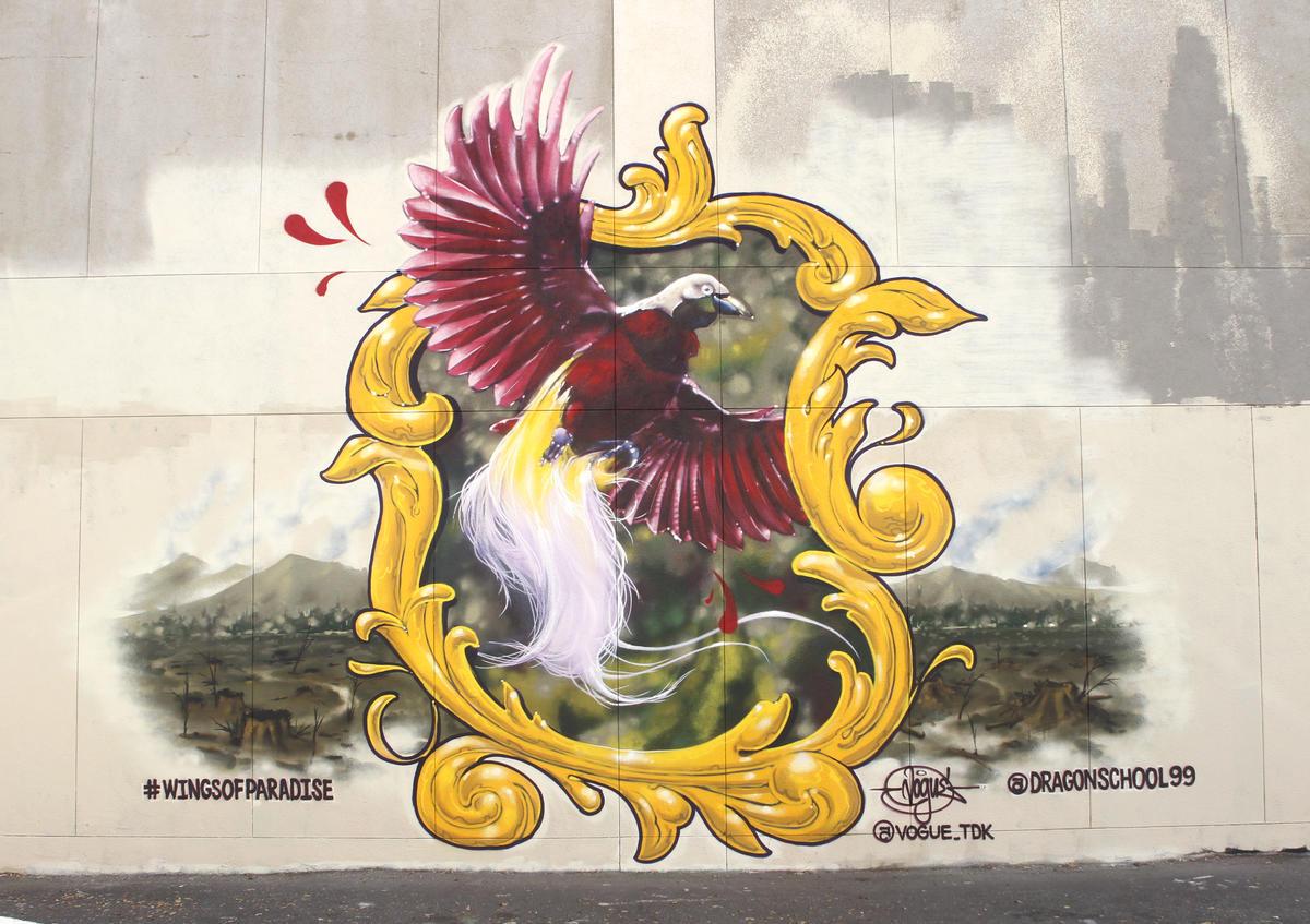 Mural com uma moldura e uma ave colorida dentro, pintado na Califórnia
