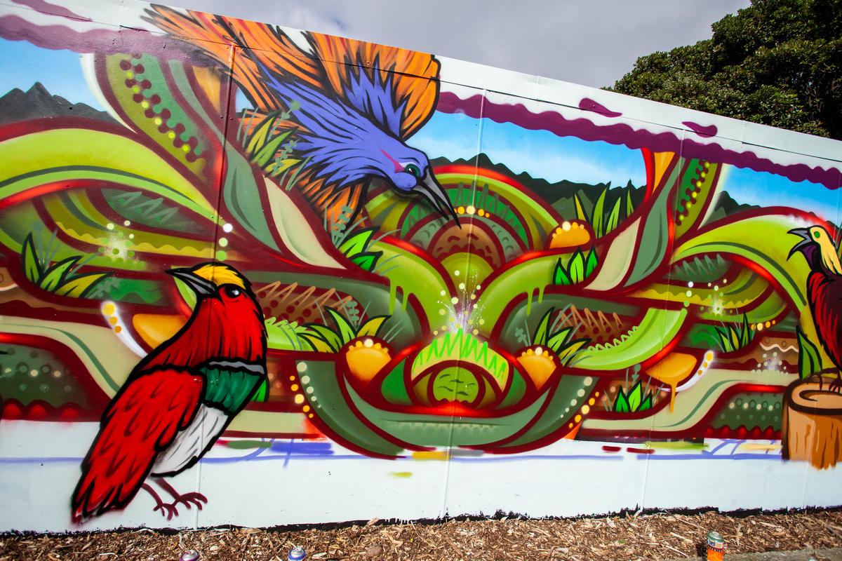 Mural com o desenho de várias aves coloridas na Nova Zelândia.