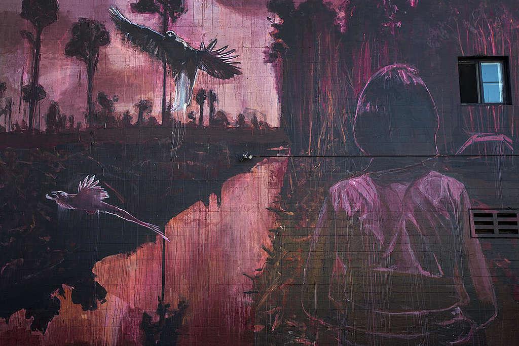 Mural pintado na Califórnia mostra a devastação das florestas na Indonésia