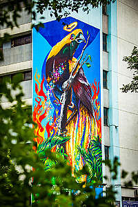 Uma ave em um galho em mural bastante colorido em Taiwan.