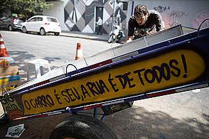 """Mensagem com o dizer """"O carro é seu, a rua é de todos"""""""