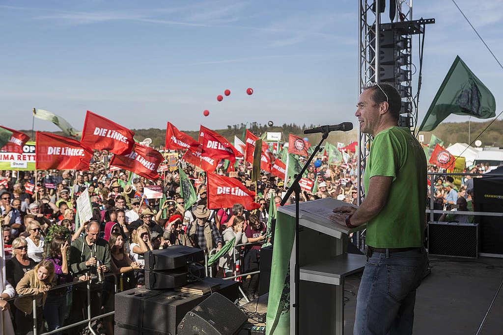 Martin Kaiser, diretor-executivo do Greenpeace Alemanha realiza discurso durante a manifestação