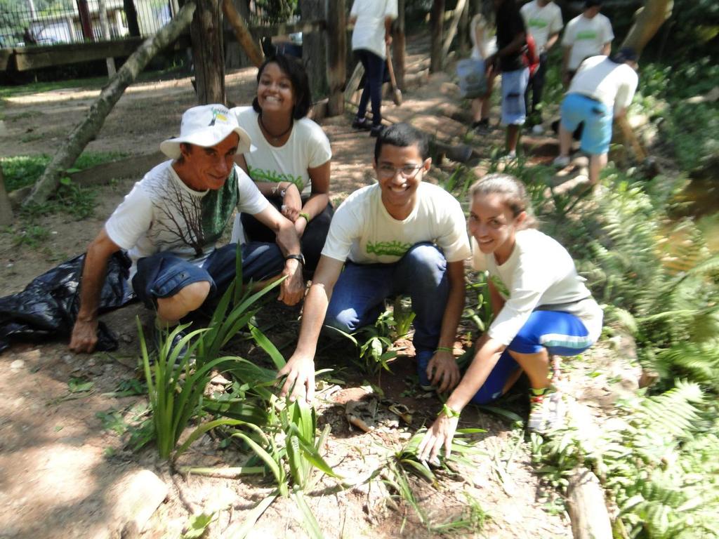 Padilha realiza plantio de mudas com jovens nativas em parque com voluntários do Greenpeace