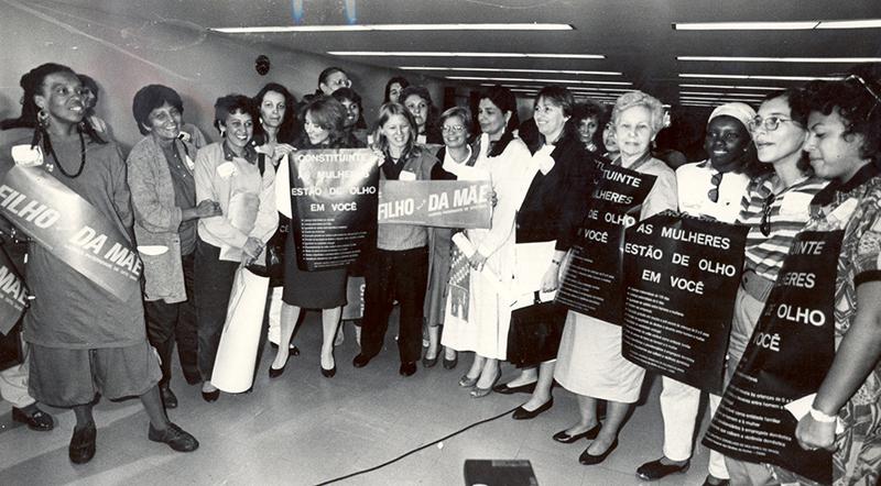 Mulheres se manifestam com cartazes no Congresso Nacional