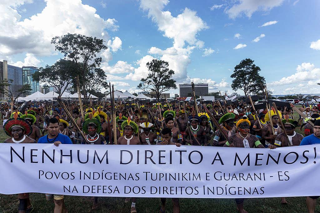 Indígenas realizam uma grande marcha fúnebre em protesto em frente ao Congresso Nacional © Rogério Assis