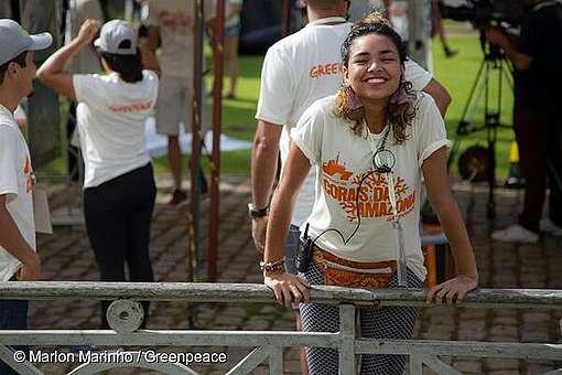 A ativista e voluntária do Greenpeace Ana Carolina na mobilização pela Defesa dos Corais da Amazônia