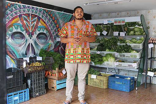 Thiago Vinicius à frente do Armazém Organicamente, na periferia de São Paulo