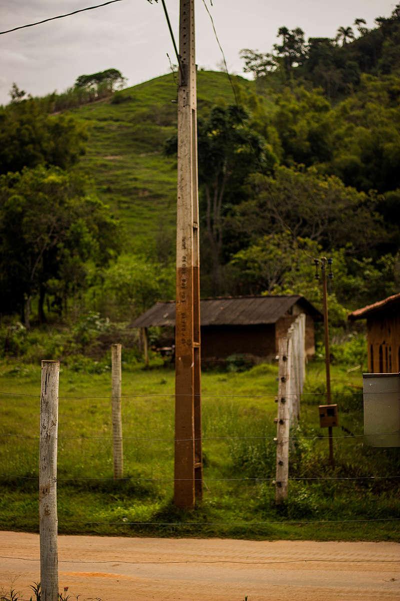 Poste na cidade de Paracatu de Baixo que fornece a dimensão da altura que a lama chegou.