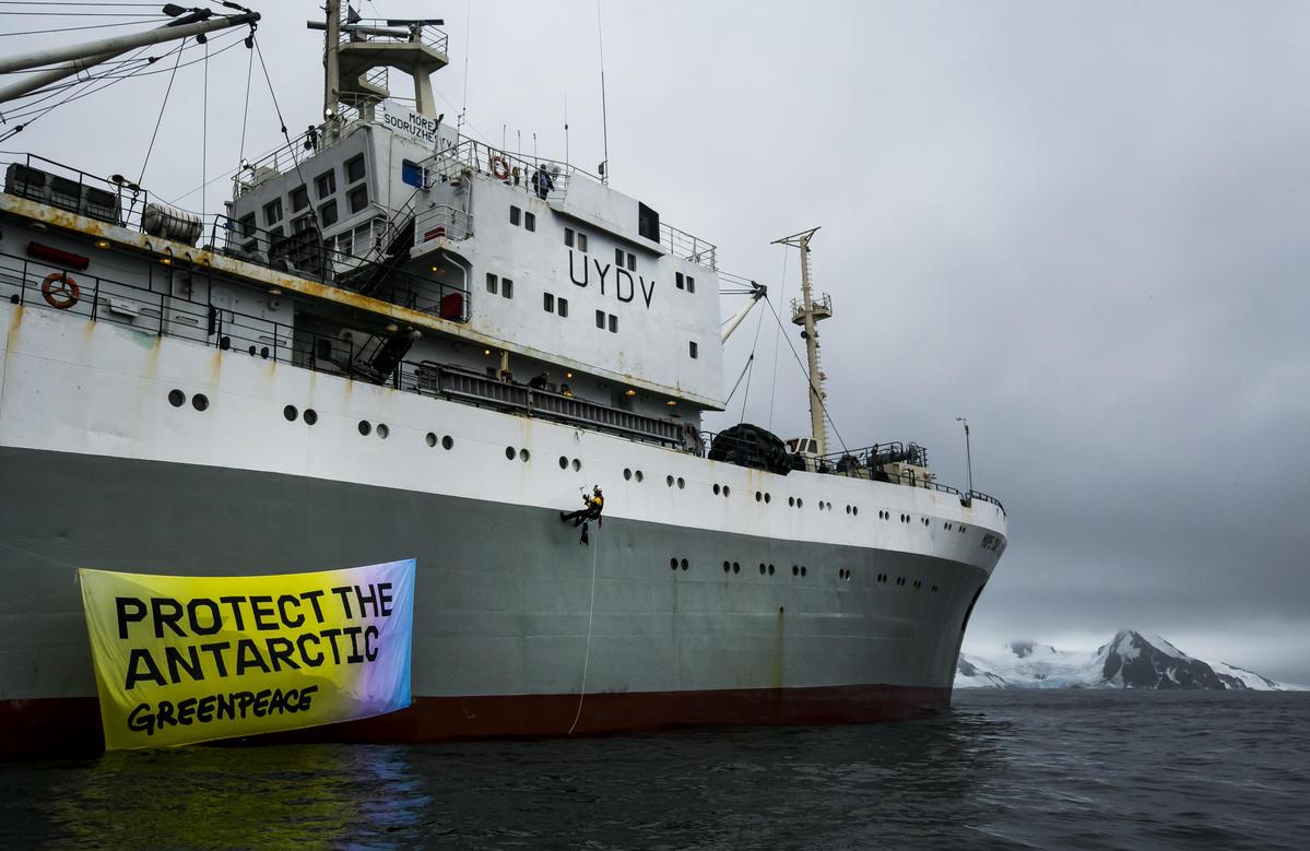Ativistas do Greenpeace colocam banner em um navio de pesca industrial