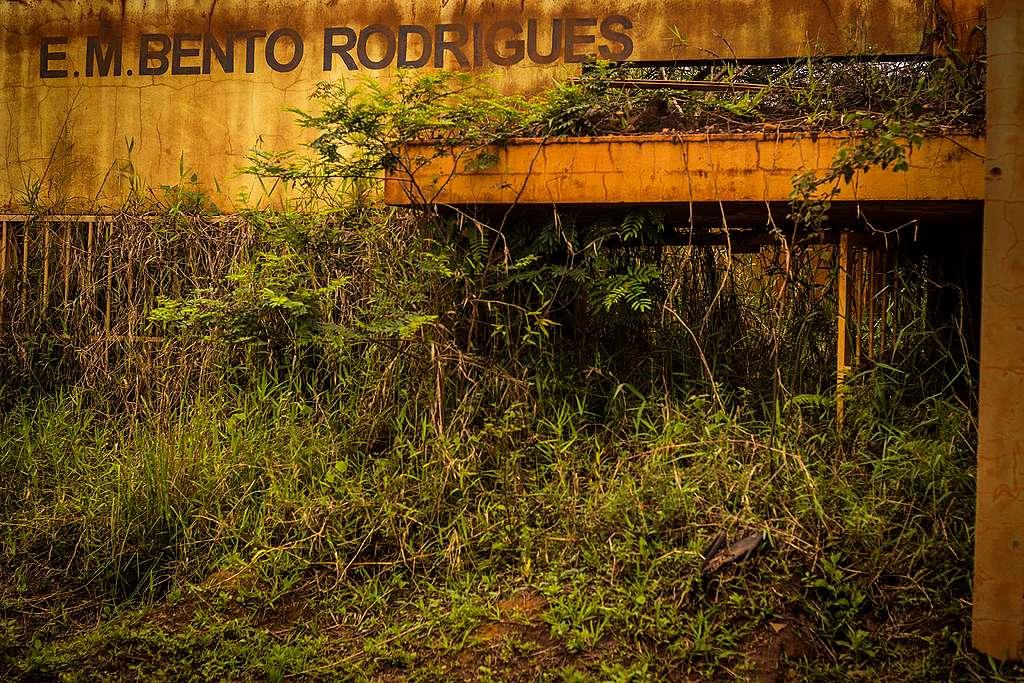 Escola municipal de Bento Rodrigues completamente soterrada pela lama na comunidade mais próxima da barragem da Samarco.