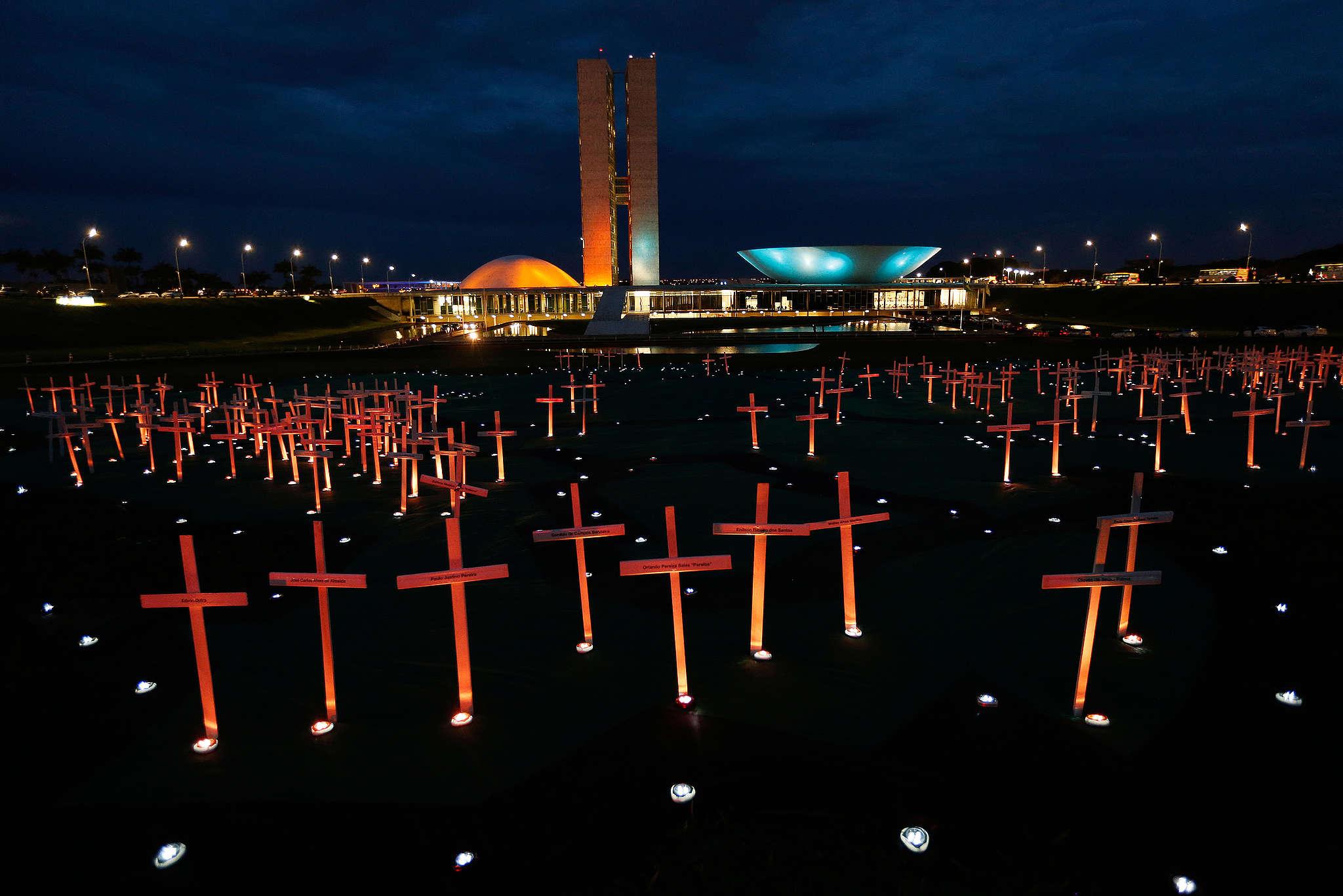 Em um protesto em frente ao Congresso Nacional, cobramos o fim da impunidade para crimes na floresta. As 251 cruzes que levamos ao Congresso simbolizaram os 251 assassinatos ocorridos na Amazônia de 2007 a 2016. (Foto: © Adriano Machado / Greenpeace)