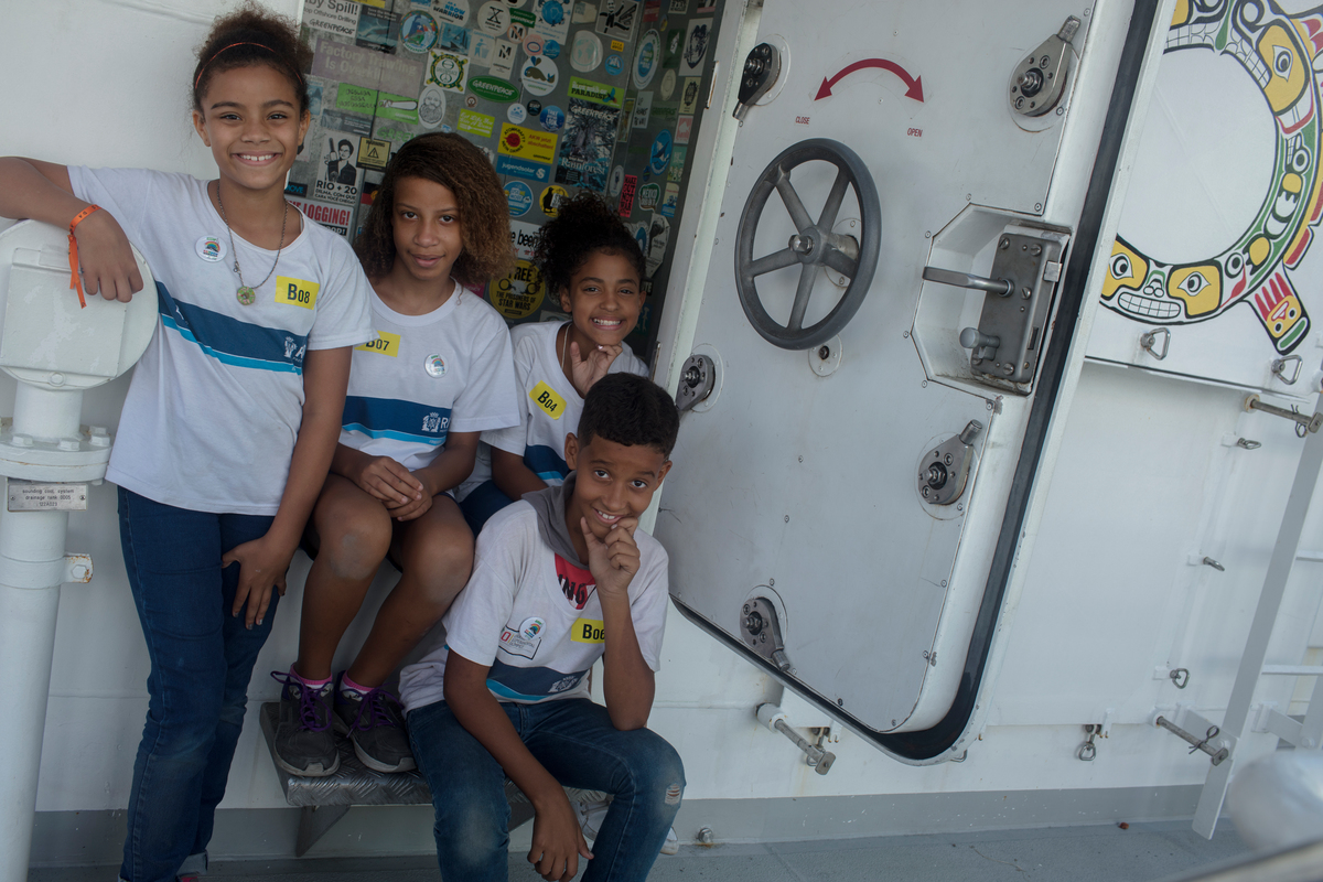 Students from Rio de Janeiro Visit the Rainbow Warrior in Brazil. © Marizilda Cruppe