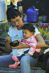 Fernanda alimenta sua filha Maria Flor