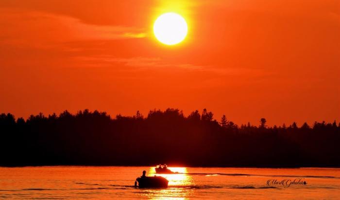 Por-do-sol sobre um lago na floresta