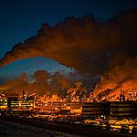 Céu tomado pela fumaça de usina de petróleo