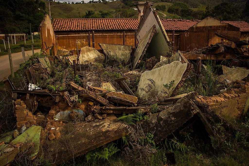 Casa que foi completamente destruída e veio abaixo em Paracatu de Baixo.