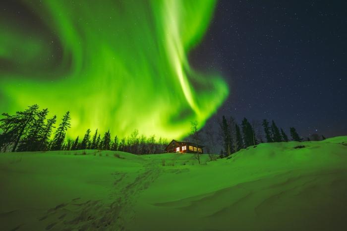 Aurora boreal em campo de neve