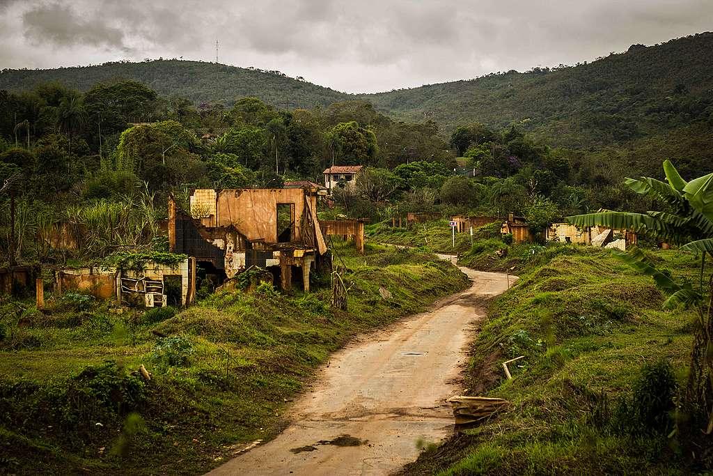 O terreno da antiga Bento Rodrigues, hoje abandonada.