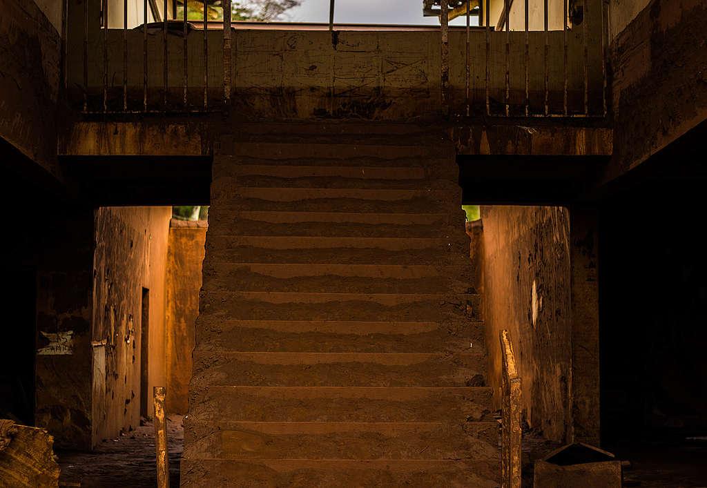 Escada da escola de cidade destruída pela lama.