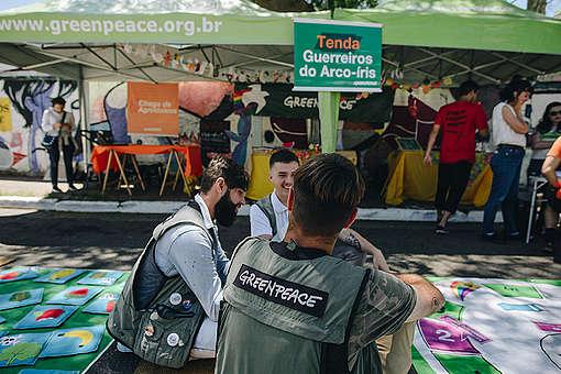 Ativistas na tenda do Greenpeace