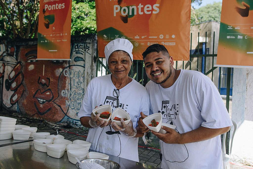 A chef local Tia Nice e Thiago Vinicius, da Agência Solano Trindade