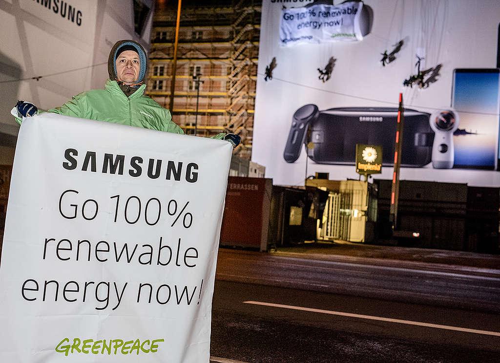Ativista segura cartaz pedindo a Samsung 100% de energia limpa © Mike Schmidt