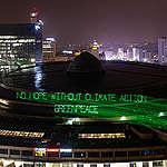 Mensagem projetada com laser no edifício onde é realizada a Cop 24