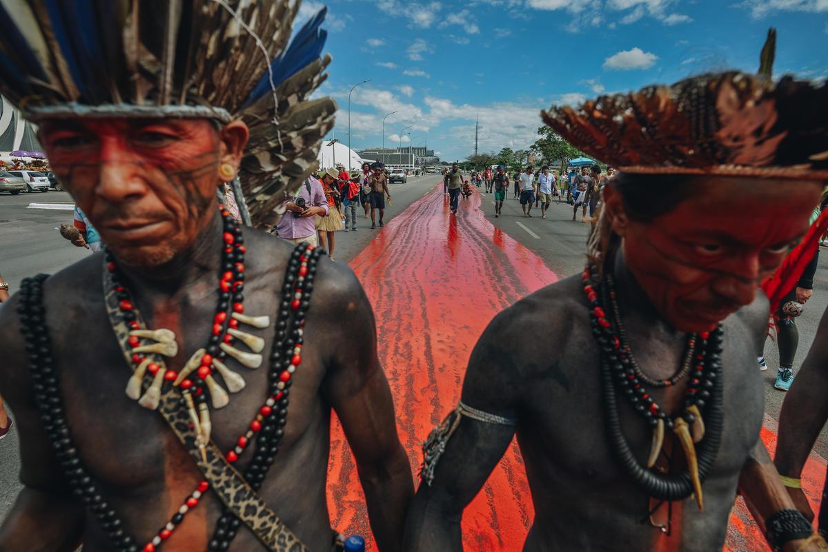 Protesto indígena simula rastro de sangue. © Christian Braga