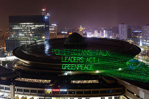 Mensagem projetada com laser no telhado no edifício da COP24 © Konrad Konstantynowicz