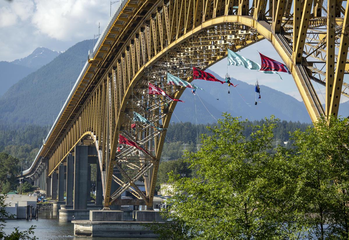 Ativistas fazem rapel e se penduram em ponte de Vancouver. © Anonymous