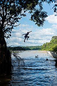Crianças Munduruku brincam no Rio Tapajós, na região da Terra Indígena Sawré Muybu, do povo Munduruku, no Pará.