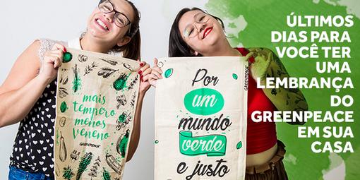 """Time do Greenpeace segurando os Banners de Prato """"Mais tempero, menos veneno"""" e """"Por um mundo verde e justo"""""""