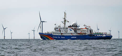 Greenpeace ship the Esperanza visits windpark Prinses Amalia in the North Sea. © Gerard Til