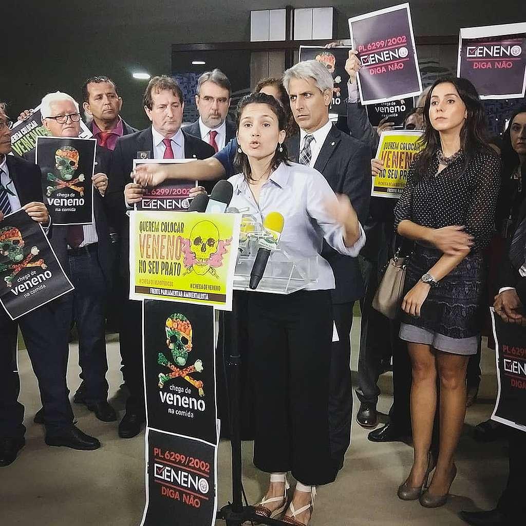 A porta-voz do Greenpeace Marina Lacôrte discursa em Brasília, mostrando os perigos de se colocar ainda mais veneno em nossa comida