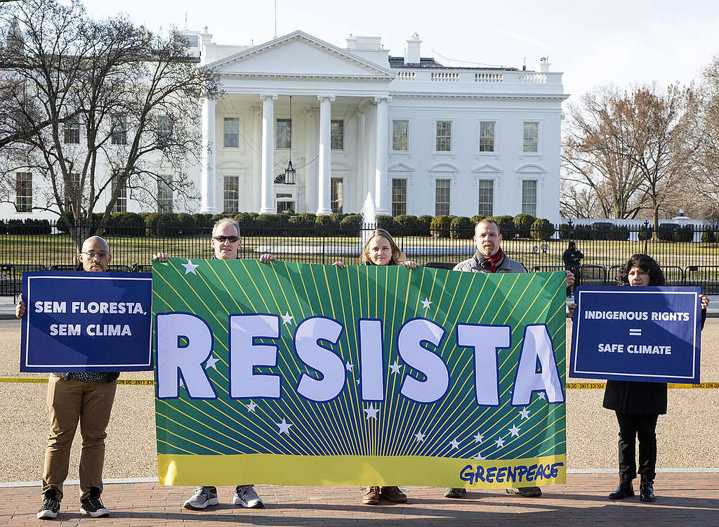 Resista Banner in front of the White House in Washington D.C. © Tim Aubry / Greenpeace