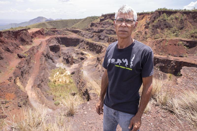Wander Alves na frente da Barragem da Mina Casa Branca.