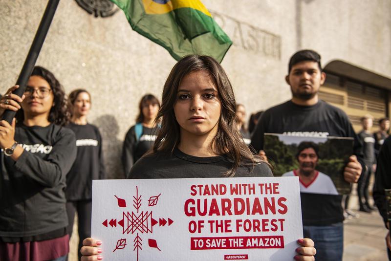 Ativistas na frente da embaixada brasileira em Buenos Aires, Argentina, mostrando solidariedade aos povos originários do Brasil.