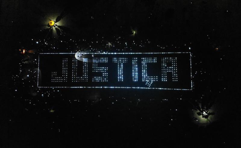 Indígenas formam mensagem com cerca de 3.000 luzes de LED: Justiça é uma exigência desses povos por seus direitos constitucionais de proteger suas terras e florestas.