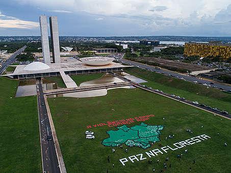 Ativistas do Greenpeace fazem um protesto diante do Congresso Nacional em 2017, cobrando medidas das autoridades e o fim da impunidade para crimes no campo.