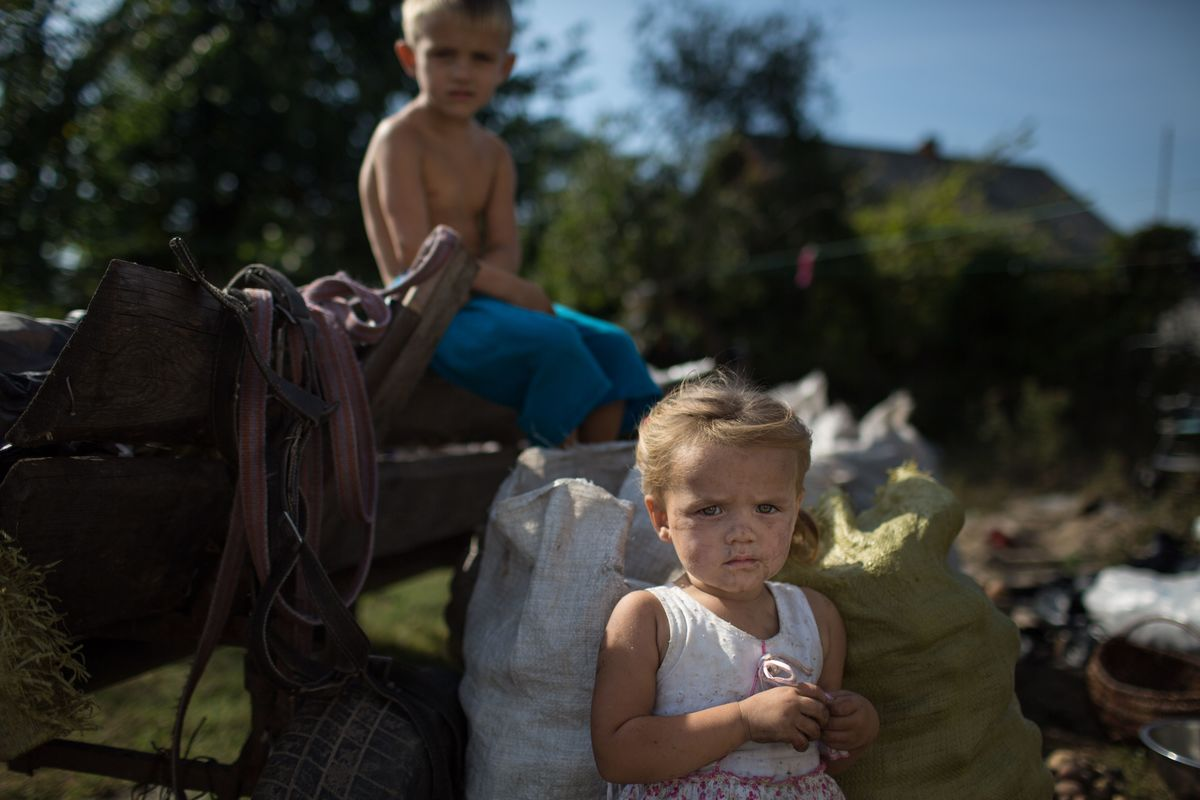 Moradores do distrito de Rokitne, na região de Rivne, com batatas cultivadas localmente. © Denis Sinyakov / Greenpeace