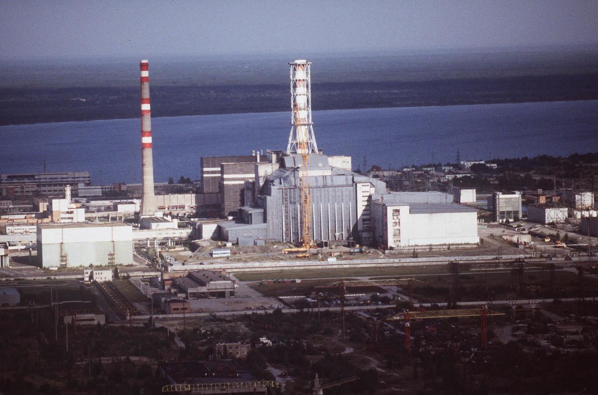 O reator que explodiu na usina nuclear de Chernobyl foi envolvido por um sarcófago para conter a propagação da radiação. Porém a estrutura tinha um prazo de validade... © Clive Shirley / Signum / Greenpeace