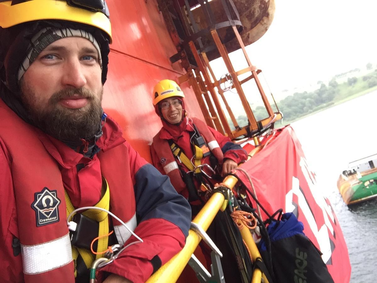 Pete e Tom, escaladores e ativistas do Greenpeace na plataforma da BP, na Escócia. © Greenpeace