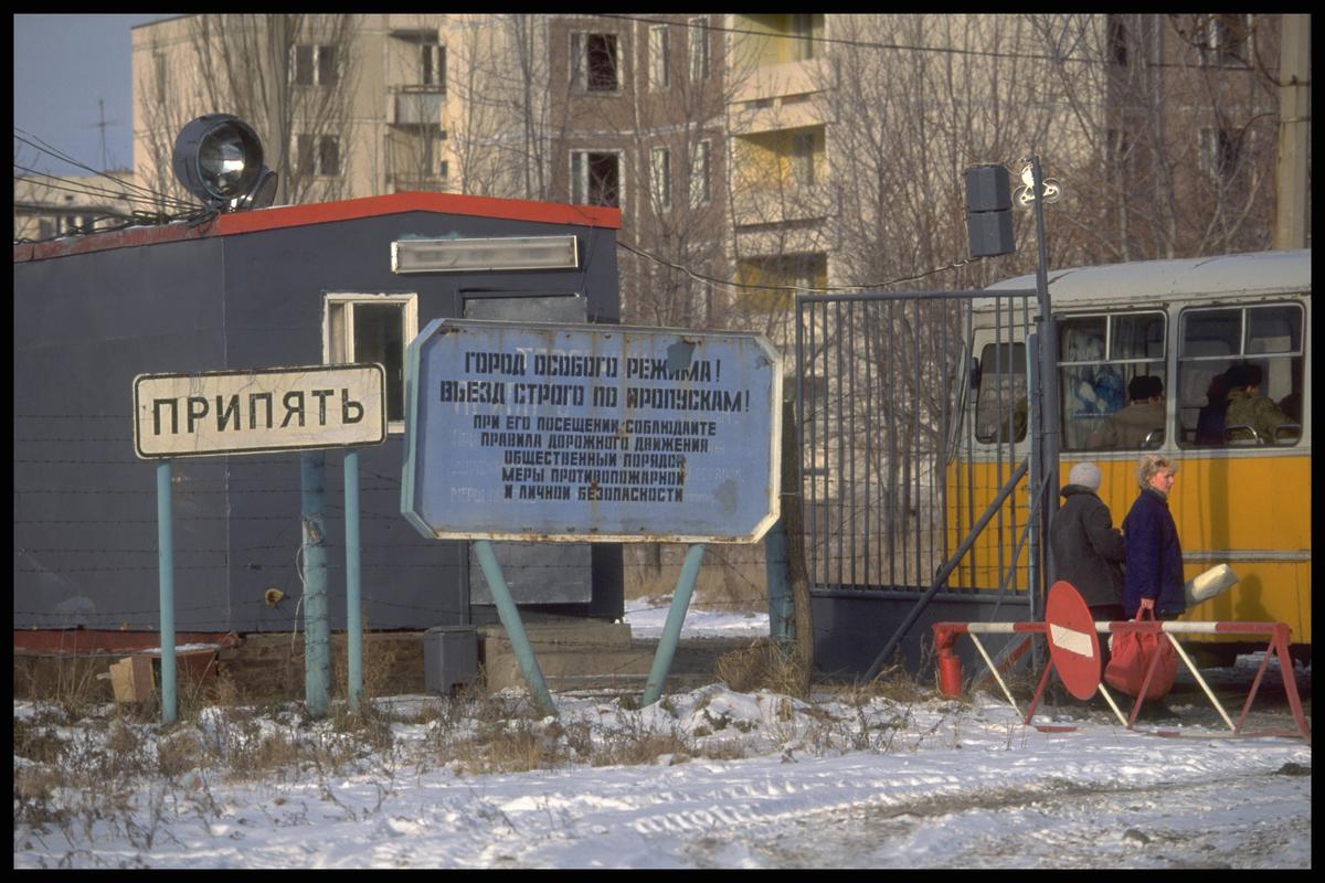 Checkpoint na entrada de Pripyat. A contaminação radioativa na região permanece em níveis muito altos, sendo necessária autorização especial para entrar na área. Antes do acidente de Chernobyl, a cidade era um exemplo de orgulho da antiga União Soviética. Mais de 48 mil habitantes viviam lá, a menos de 3 km da usina. Hoje é uma cidade fantasma. © Clive Shirley / Signum / Greenpeace