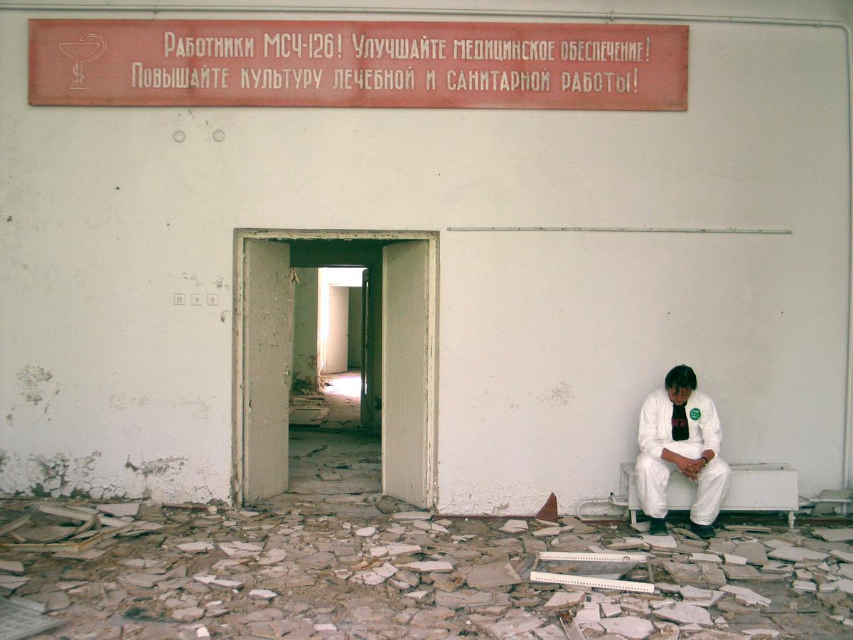 Hospital abandonado em Pripyat. A contaminação radioativa na região permanece em níveis muito altos, sendo necessária autorização especial para entrar na área. Antes do acidente de Chernobyl, a cidade era um exemplo de orgulho da antiga União Soviética. Mais de 48 mil habitantes viviam lá, a menos de 3 km da usina. Hoje é uma cidade fantasma. © Vaclav Vasku / Greenpeace